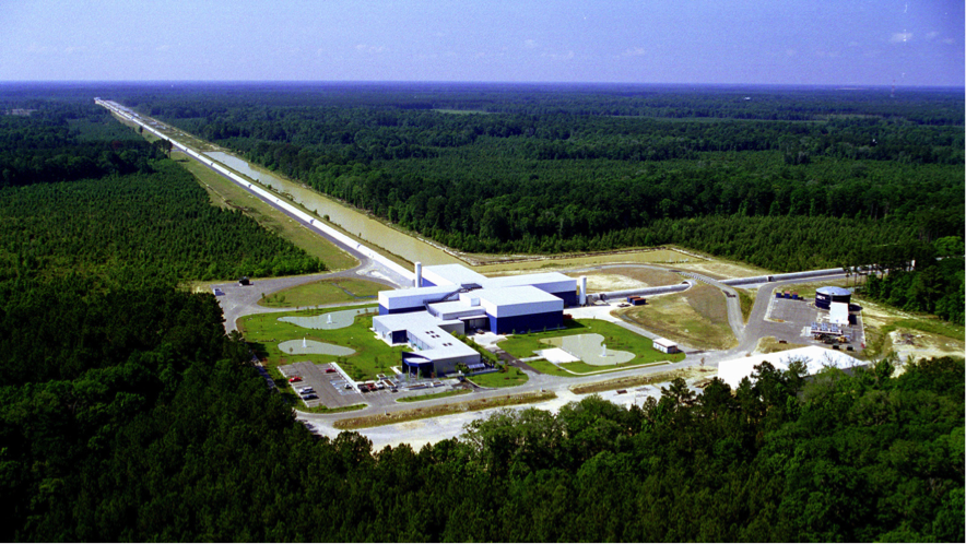 El interferómetro LIGO en Livingston, Louisiana. Hay otro igual  en Hanford, Washington. Crédito: LIGO Laboratory.