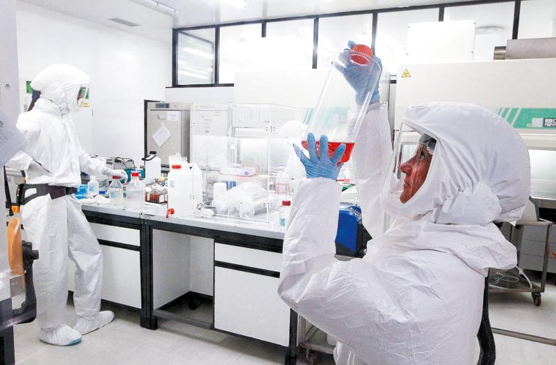 Many laboratories around the world have reoriented their line of research to focus on the fight against COVID-19.  In Siena (Italy) a biosafety laboratory develops an antibody test.  [PAOLO LAZZERONI, GETTY IMAGES]
